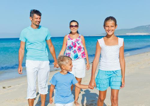 wpid-family-on-the-beach_33936315.jpg